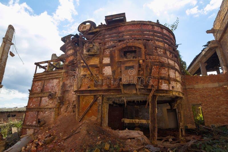 покинутая химическая фабрика стоковые изображения