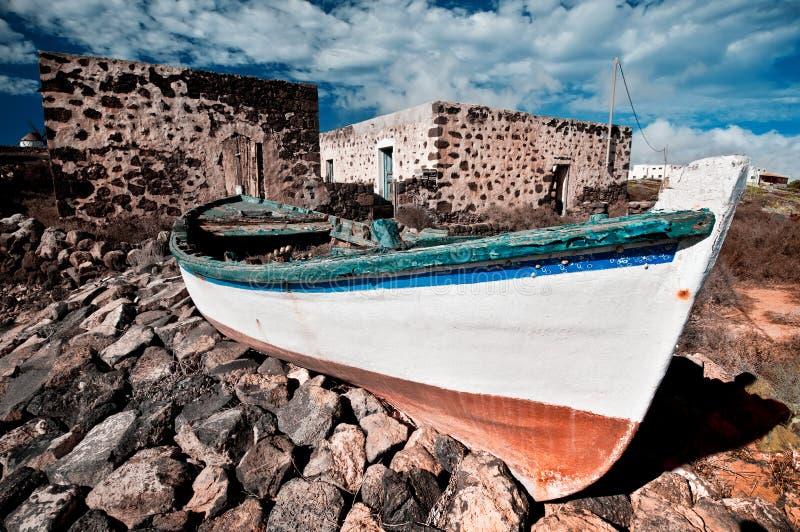 Покинутая шлюпка рыболовов стоковые фотографии rf