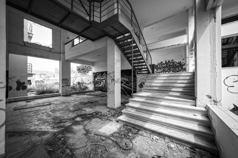 Покинутое бесчинствованное офисное здание, черно-белое стоковая фотография