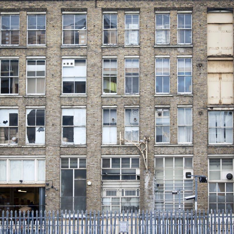 Покинутое здание в урбанизированном центре стоковое изображение