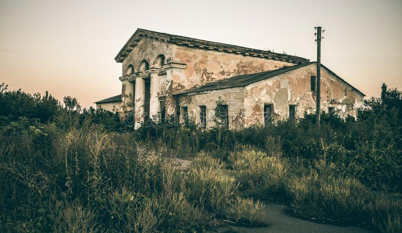 Покинутое здание на окраинах города стоковое фото