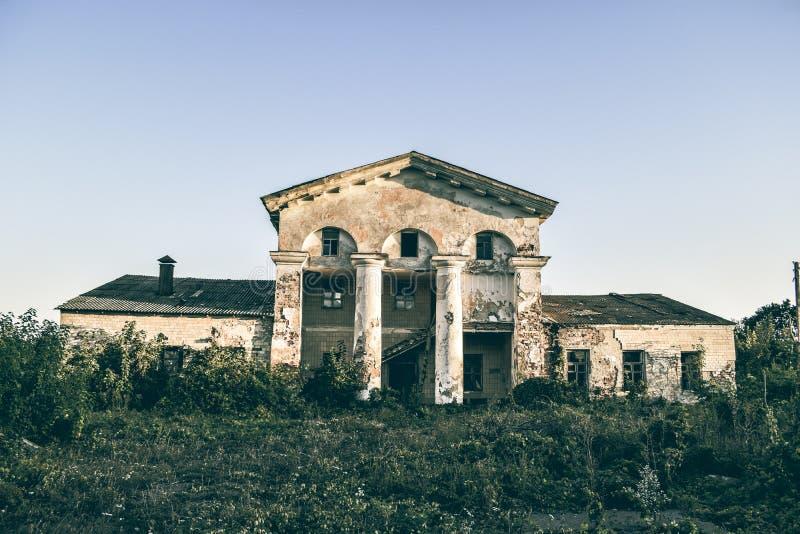 Покинутое здание на окраинах города стоковое фото rf
