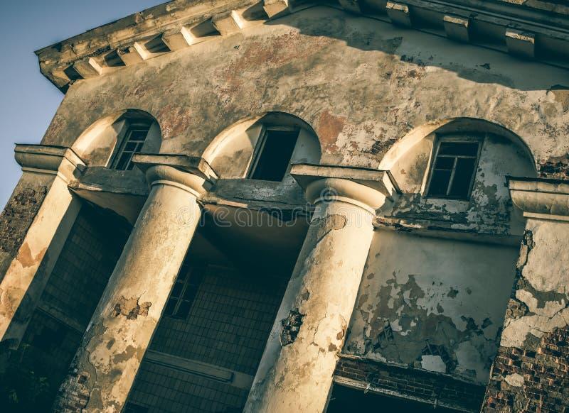 Покинутое здание на окраинах города стоковые изображения