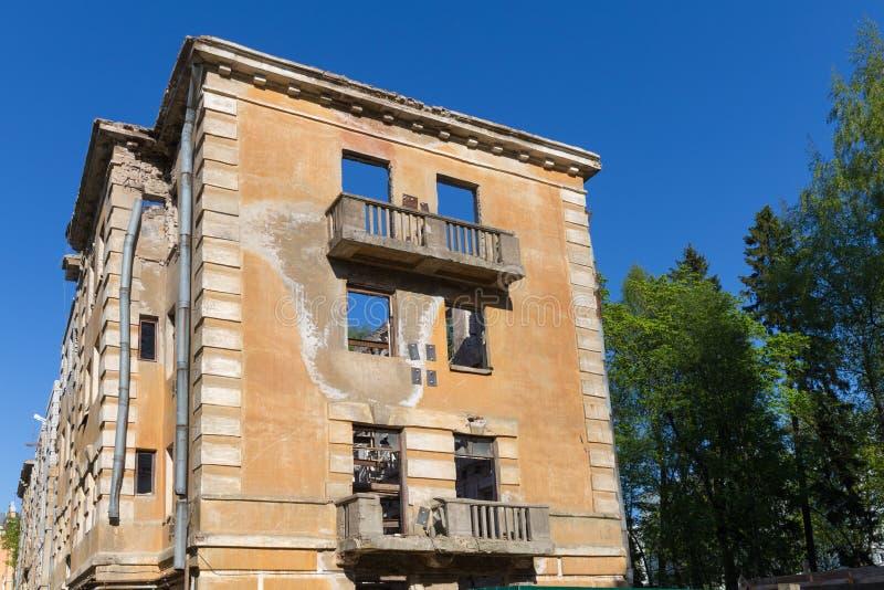 Покинутое здание - сломанный многоквартирный дом арендуемой квартиры стоковые фотографии rf
