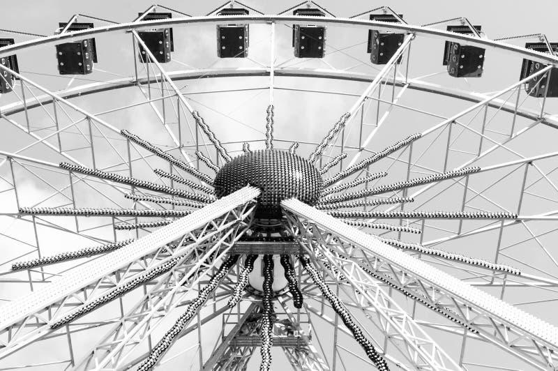 Покинутое колесо Ferris все еще привлекает взгляды туристов проходя мимо Оно смотрит внушительный стоковые фотографии rf