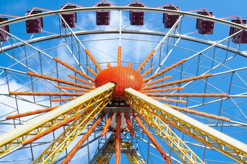 Покинутое колесо Ferris все еще привлекает взгляды туристов проходя мимо стоковая фотография rf