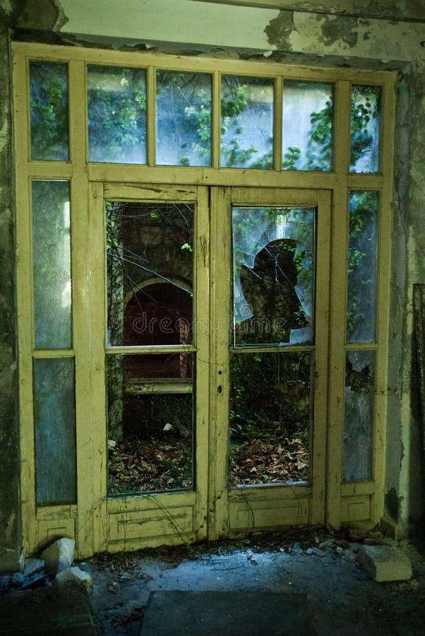 Покинутое пакостное сокрушенное здание, одна из гостиниц в com Kupari стоковое изображение rf