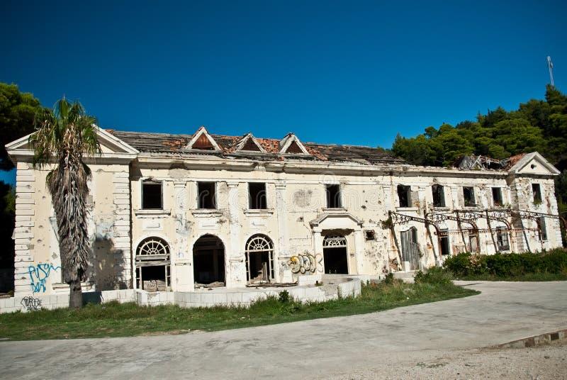 Покинутое пакостное сокрушенное здание, одна из гостиниц в com Kupari стоковая фотография