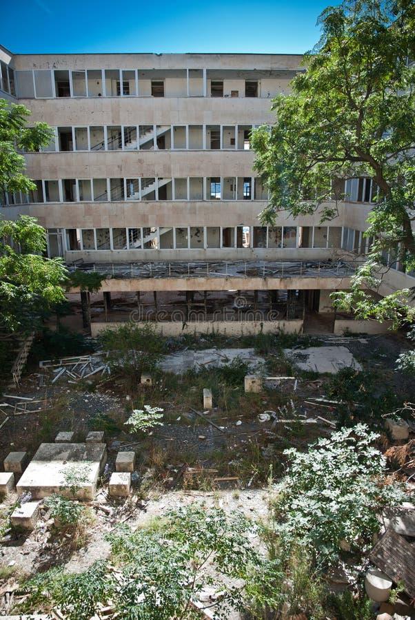 Покинутое пакостное сокрушенное здание, одна из гостиниц в com Kupari стоковая фотография rf