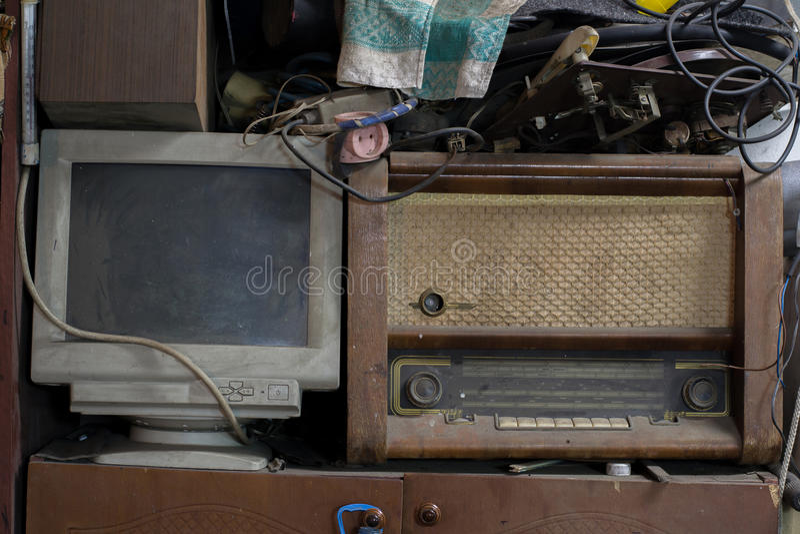 Покинутое радио и компьютер стоя близко, технология протягивая назад во времени стоковые изображения