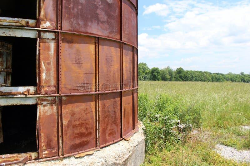Покинутое силосохранилище рядом с overgrown полем стоковое изображение rf