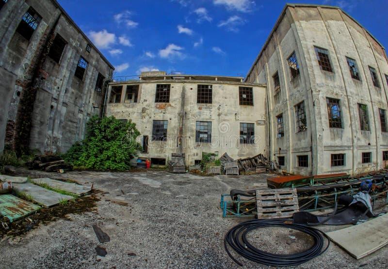 Покинутое старое загубленное промышленное предприятие стоковое фото