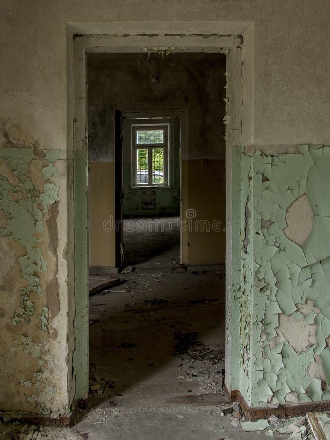 покинутое строя окно стоковая фотография