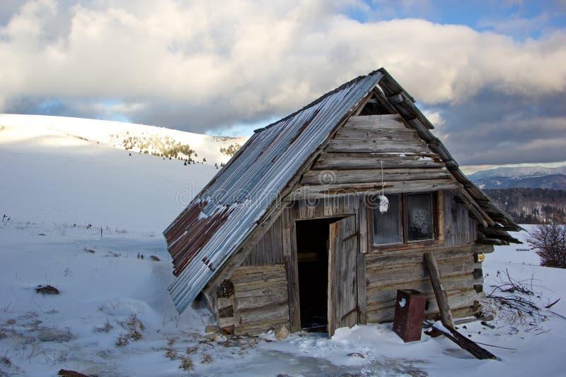 Покинутое укрытие в горах зимы, Словакия стоковые изображения