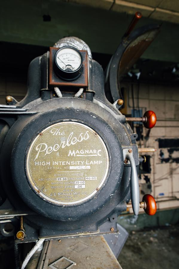 Покинутое Peerless оборудование проекции лампы высокой интенсивности Magnarc - покинутый театр разнообразия - Кливленд, Огайо стоковое фото