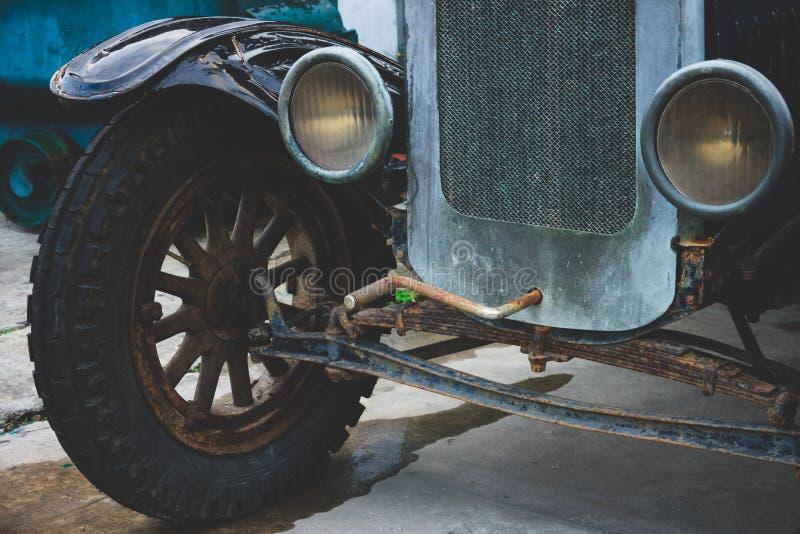 Покинутые винтажные колеса автомобиля и фара - классические корабли стоковая фотография