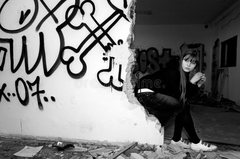 покинутые детеныши женщины красивейшего buildin сидя стоковое изображение rf