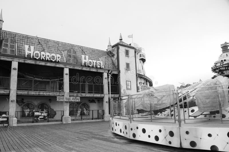 Покинутые езды на белизне черноты пристани Брайтона стоковые фотографии rf