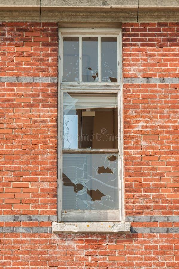 Покинутые и сломленные окна офиса стоковое изображение