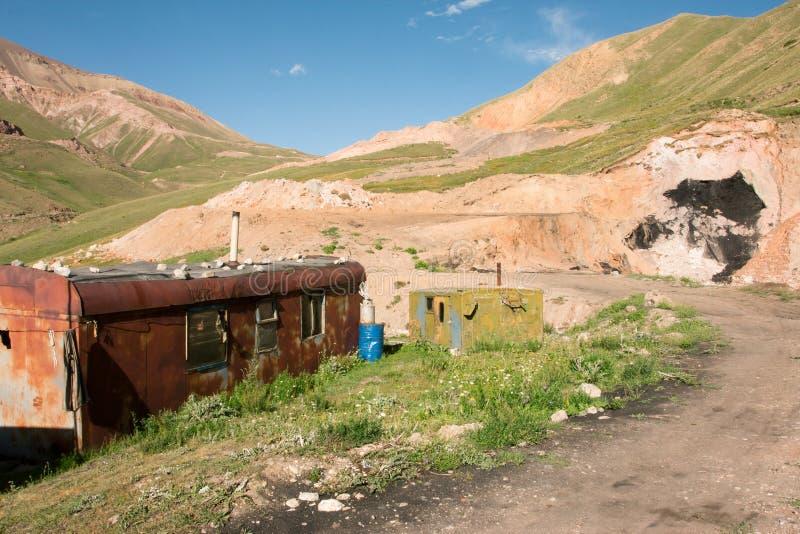 Покинутые кабины приближают к угольной шахте на солнечный день стоковые изображения rf
