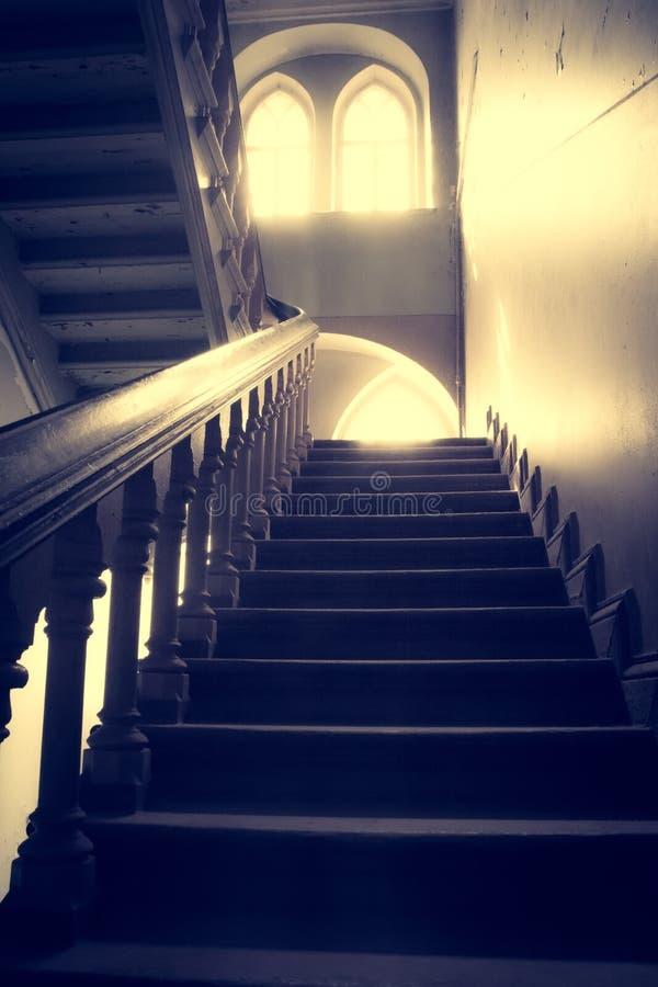 Покинутые лестницы и комната в старом доме стоковые изображения rf