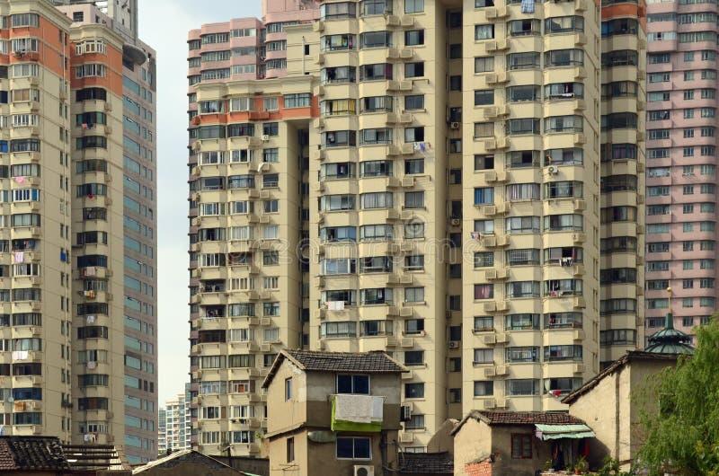 Покинутые дома и современные небоскребы, Шанхай, Китай стоковые изображения