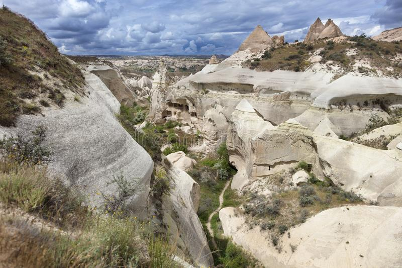 Покинутые пещеры в горах Cappadocia стоковые изображения rf
