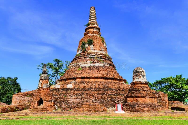 Покинутые руины старого традиционного сиамского буддийского Stupa или Chedi в историческом городе Ayutthaya, Таиланда стоковое изображение