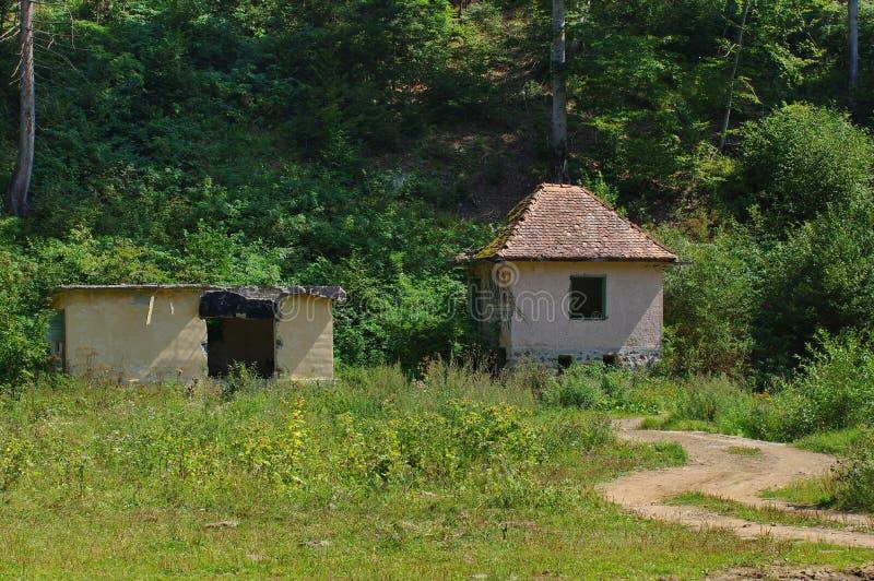 Покинутые старые руины дома стоковое изображение