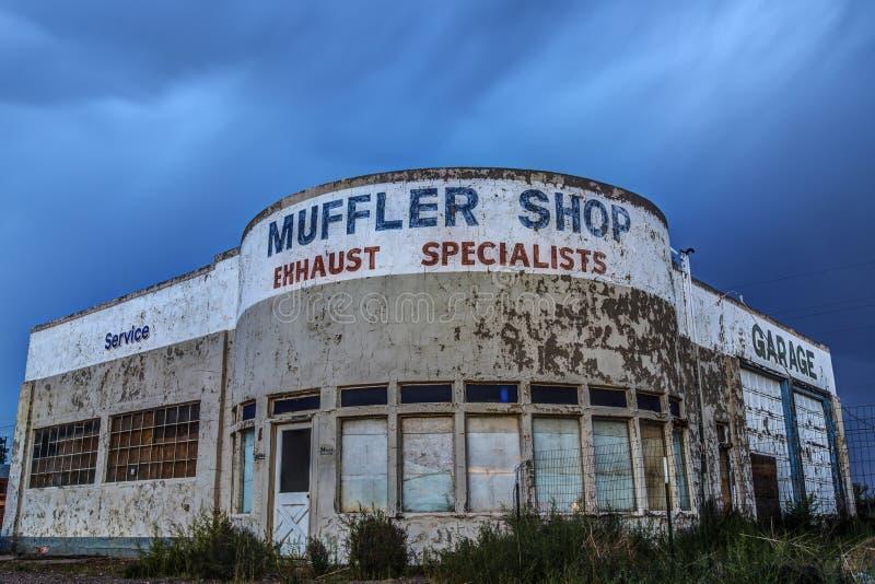 Покинутый автоматический магазин на исторической трассе 66 в Holbrook, Аризоне США стоковые фотографии rf