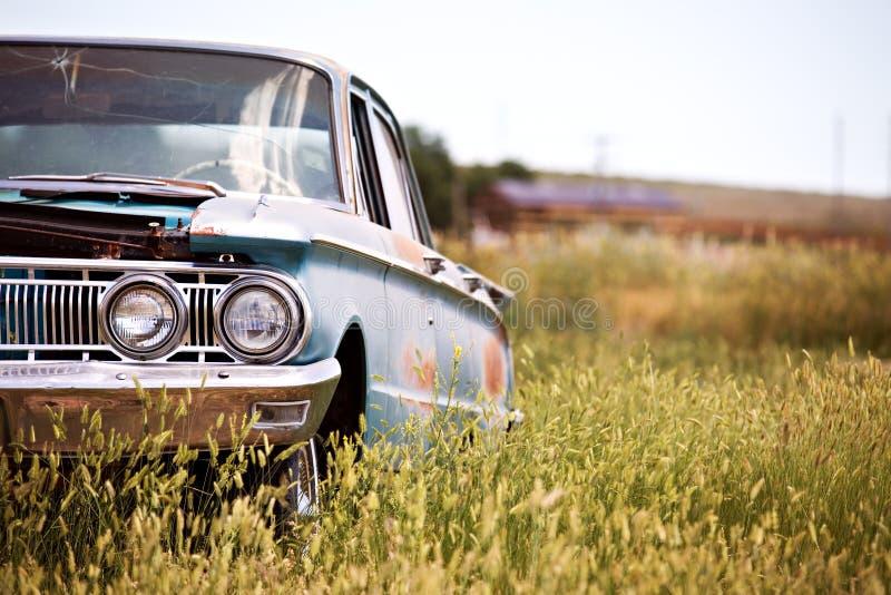 Покинутый автомобиль в поле стоковое фото rf