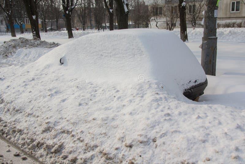 Покинутый автомобиль принесенный снегом на обочине стоковое фото rf