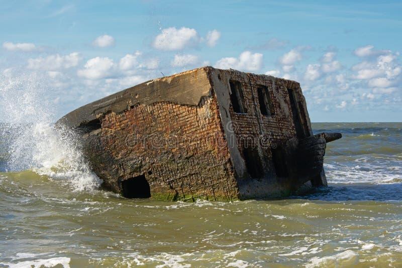 Покинутый бункер в море стоковая фотография rf