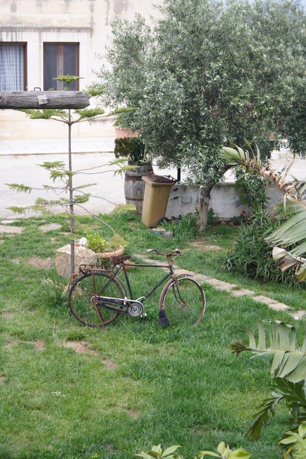 Покинутый велосипед в ostuni, Италии стоковые фото