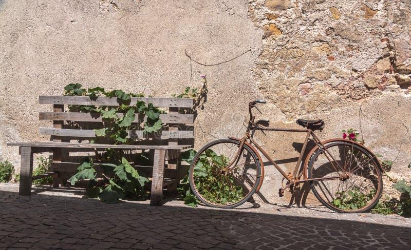 Покинутый велосипед на улице булыжника стоковые фотографии rf