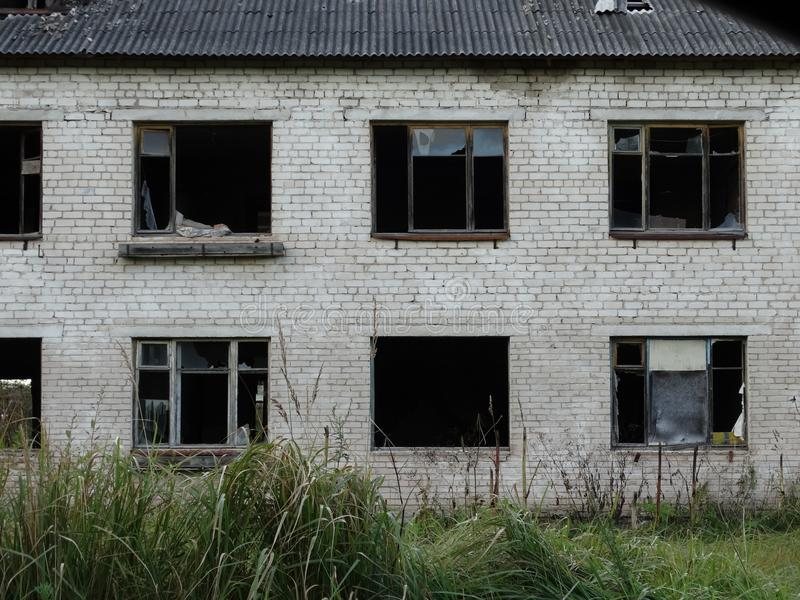 Покинутый дом в деревне стоковые изображения