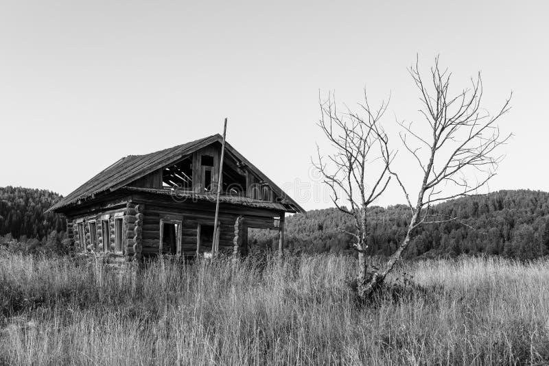 Покинутый деревянный дом в России стоковое фото rf