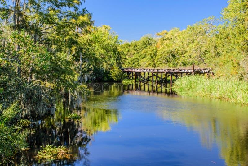 Покинутый железнодорожный мост в острове Луизиане Guste стоковые изображения rf