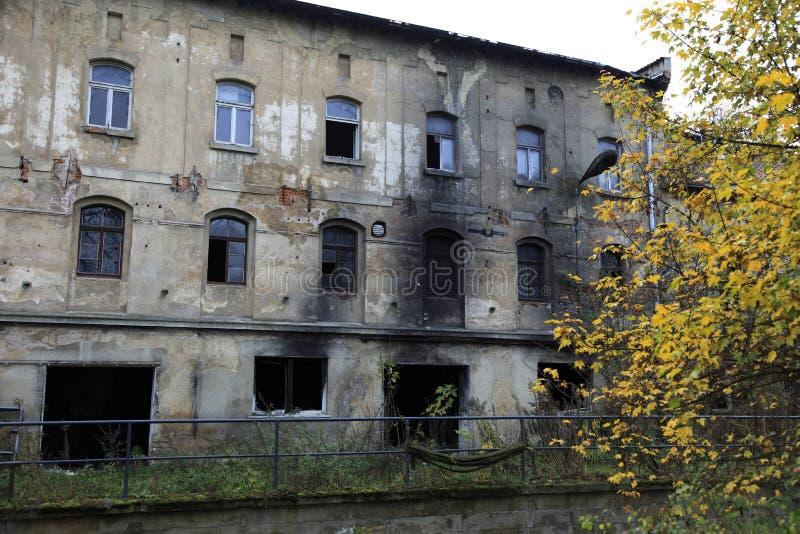 покинутый жилой дом стоковое фото