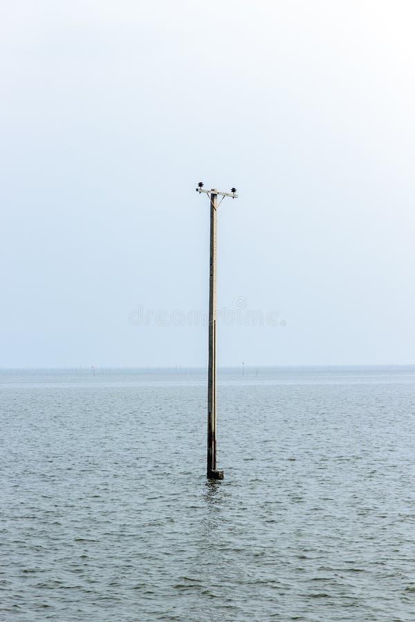 Покинутый затопленный штендер в море стоковое фото rf