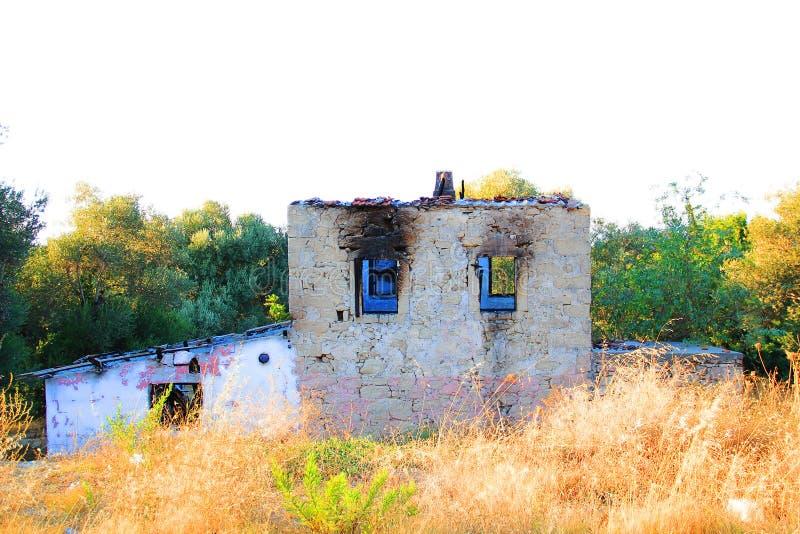 Покинутый и загубленный дом стоковое фото