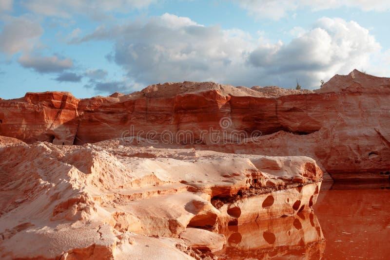 Покинутый карьер песка с прудом, долгосрочным низложением стоковое изображение rf