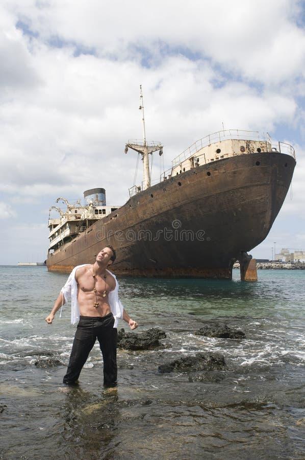 покинутый корабль взморья человека стоковая фотография rf