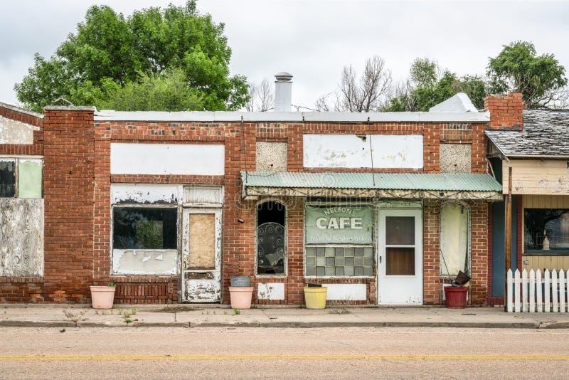 Покинутый магазин кафа в сельском городке стоковые изображения