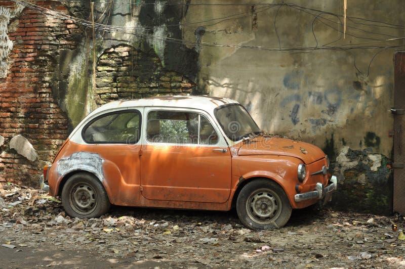 Покинутый миниый фланк автомобиля стоковые фотографии rf