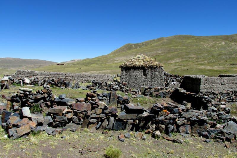 Покинутый дом в деревне в горах Боливии стоковое изображение rf