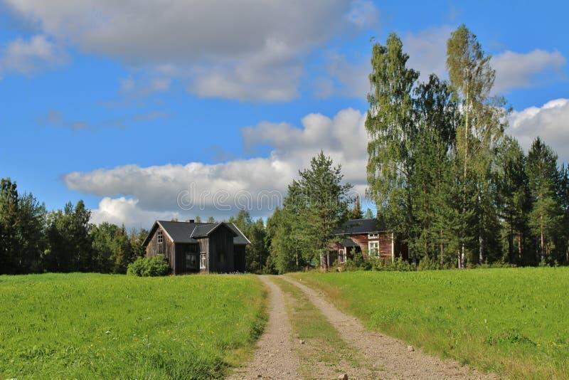 Покинутый дом на дороге гравия стоковое изображение rf