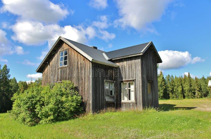 Покинутый дом на дороге гравия стоковые фотографии rf