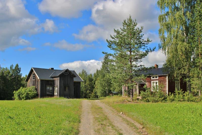 Покинутый дом на дороге гравия стоковое фото rf