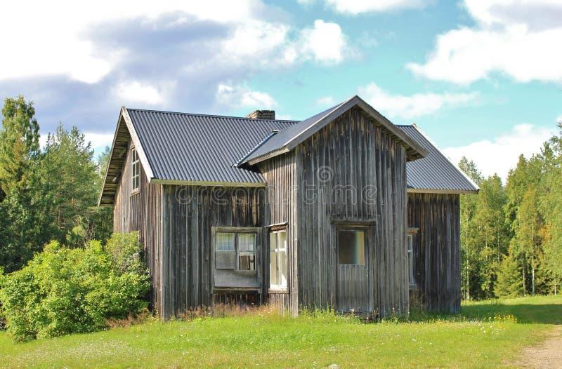Покинутый дом на дороге гравия стоковая фотография